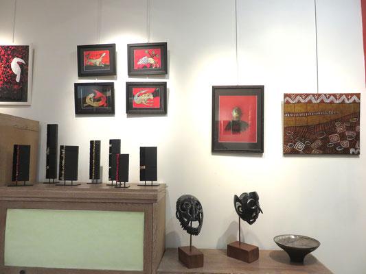 """A droite 1 tableau  : Agathe De Philippi  - l'Egyptien de Jacques cauda . Sur l'étagère 2 sculptures """"figures noires""""  de Marie anne Guillemain- Coupe de Francine Herbillon -  A gauche : 4 tableaux """"chimères""""de MAB -Mosaique veronique Darcon Cazes"""