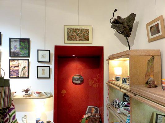 """Au dessus de la porte : gravure de Michelle Boucard - sur le fond rouge : peinture de Mehrzad najand """" le pigeon parisien """" - à droite sur l'étagère sculpture de Denise Eisler"""