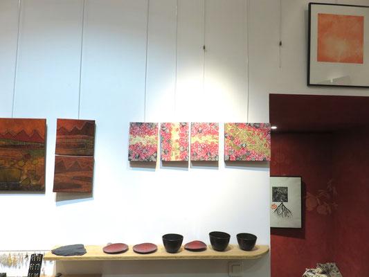 A gauche : tableaux de Agathe De Pilippi - sur le mur  a droite :Alain guillon  4 tableaux - sur l'étagere , céramiques de Sophie Gallé - Soas