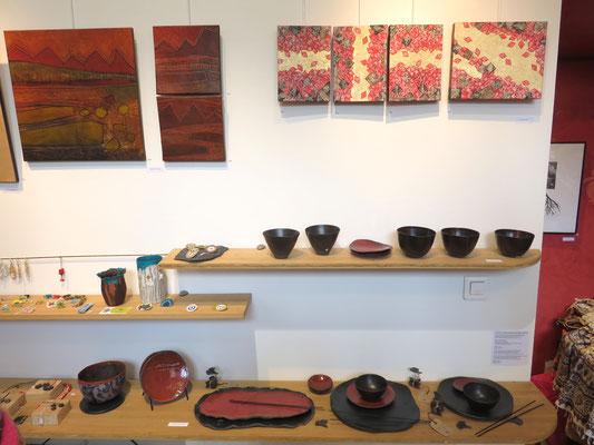Sur le mur à droite : 4 tableaux de Alain Guillon -  A gauche peintures de Agathe de Filippi- sur l'étagère céramique en rouges et noires de Sophie Gallé- Soas