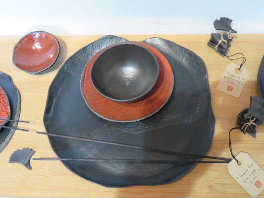 Sophie Gallé-Soas -  grande assiette noir mat - bol noir mat -  petite assiette rouge - porte baguette  6 feuilles de Gingko-  grès