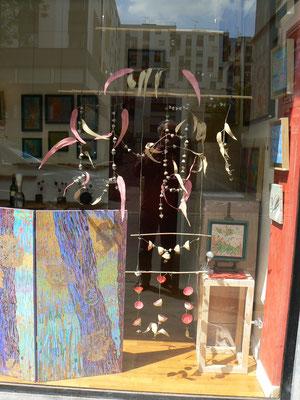 Installation avec des feuilles et graines d'eucalyptus - mobile /citrons