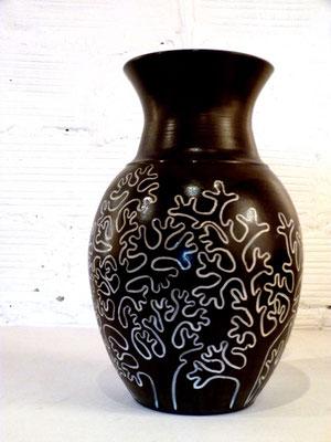 Vase aux coraux - Grès noir, incustations de porcelaine, émail - diamètre col 13,5 cm - H 30cm