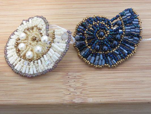Florence Tissot- broche -  ammonite bleue, blanche -  perle de verre et cristal -