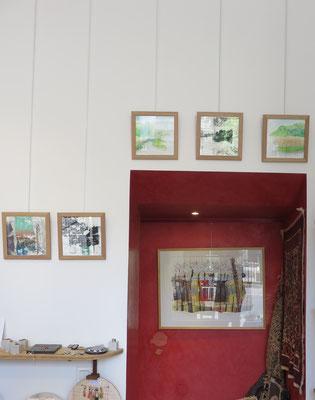 Sarah Wiame - sur le fond rouge : Forêts, 60x80cm, collages, sérigraphies, encres, pastels huile, mine de plomb, aquarelle