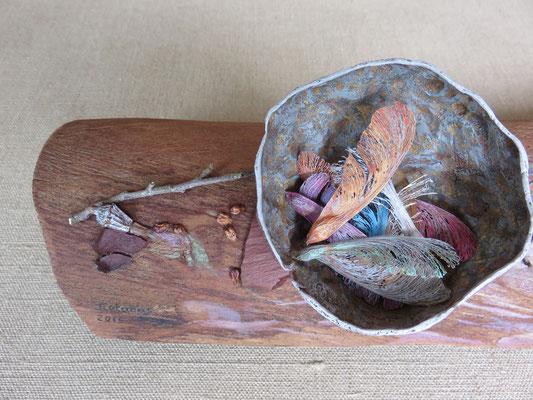 Françoise Trotabas - Nid et rouge gorge - écorce d'eucalyptus - peinture à l'huile - améthystes - pépins de raisin - écorces - branches - graine d'érable - grenade