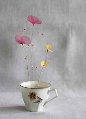 """Laurence Aguerre - """"Un jardin dans mon café"""" Lumière d'été Tasse en porcelaine chinée - Fleurs en soie, perles de verre, fils de métal"""