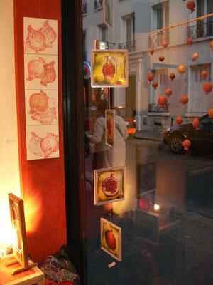 """Mur rouge : gravures de Marie Clémentine Mares - mobile photo de pierre Emmanuel Charon - installation """"petites grenade """" de F.trotabas"""