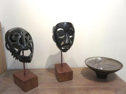 """Sculptures """" figures noires de Marie Anne guillemain - coupe en grès de francine herbillon"""