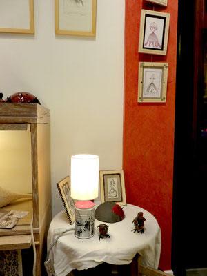 Lampe de Isabelle Malet - sur le mur rouge dessins de Eve Tésorio