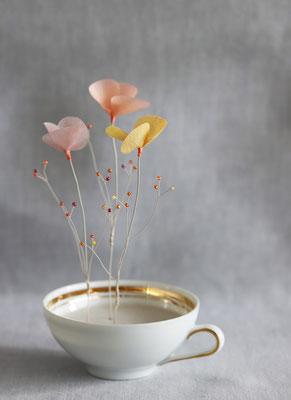 """Laurence Aguerre - """"Un jardin dans mon café"""" - Soleil levant - Tasse en porcelaine chinée - Fleurs en soie, perles de verre, fils de métal"""