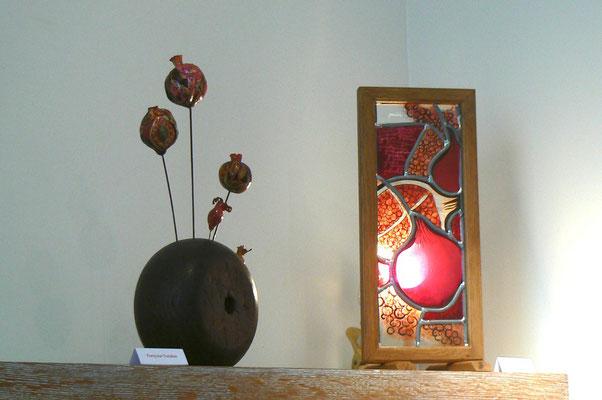 A gauche : bouquet de grenade de  F. Trotabas - Vitrail de Justine Dablanc