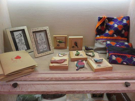 """Petits cadres """"Ules"""" de Eve Tesorio - carnets de Adèle Gallé - broches en bois de Shahrzad Haeri - pochettes en tissus de Valérie Belier"""