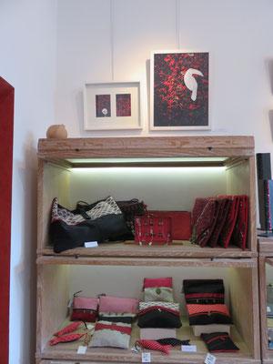 Création textile: pochette et sac de Valérie Bélier - sur le mur : tableaux de Jacques Cauda