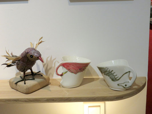 Oiseau en papier maché, feuilles et plumes de Geneviève Boustani - Tasses en porcelaine  de Marie- Anne Guillemain