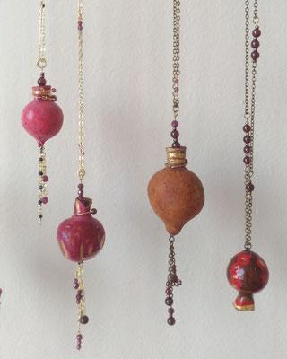 Françoise Trotabas - sautoir - grenade séchée - peinture, feuille d'or,  pierre semi précieuse grenat, chaine laiton