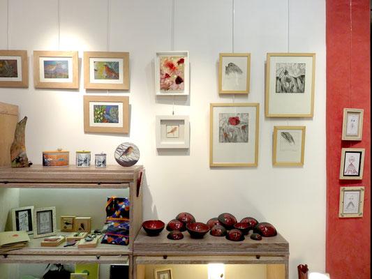 """A droite sur le mur : 4 gravures de Christel Claudius - Rouge gorge de Shirine Moasser - au dessus peinture de Alain Guillon """" plumes variés """" - sur le mur rouge : dessins de Eve Tésorio"""
