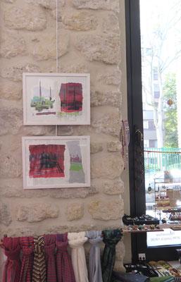 Sarah Wiame - 2 oeuvres sur le mur en pierre : Les gabarres, 30x40cm, encres, sérigraphie, collage, crayons.... - Ponton, 30x40cm, encres, sérigraphie, collage, crayons....