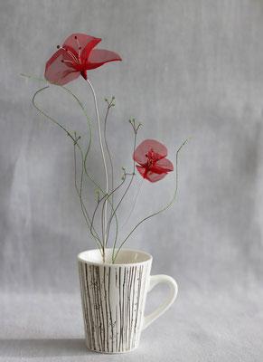 """Laurence Aguerre - """"Un jardin dans mon café""""  Sieste dans les près - Tasse en porcelaine chinée - Fleurs en soie, perles de verre, fils de métal"""