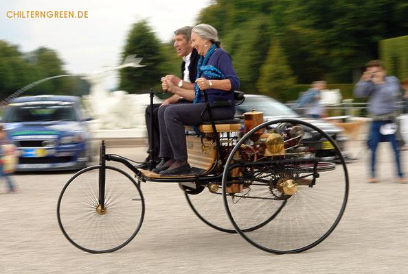 Jutta Benz steuert das Dreirad ihres Urgroßvaters, Carl Benz (2007)