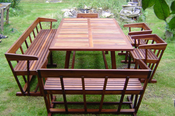 Gartengarnintur aus Akazienholz