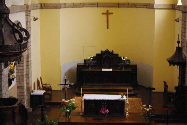 Maître-autel et autel face a peuple
