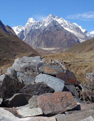 Mani-Steine auf dem Weg zum Larkhe Pass