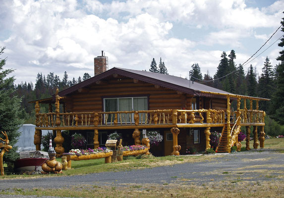 Attraktives Blockhaus - Exklusive Dekoration mit seltenen Maserknollen auch Maserkropf oder Holzkropf genannt. Fertighaus oder Schwedenhaus sind keine Blockhäuser. Qualität, dicke Wände mit viel Holz