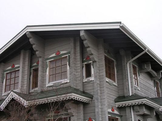 Massivholzhaus in Anthrazit