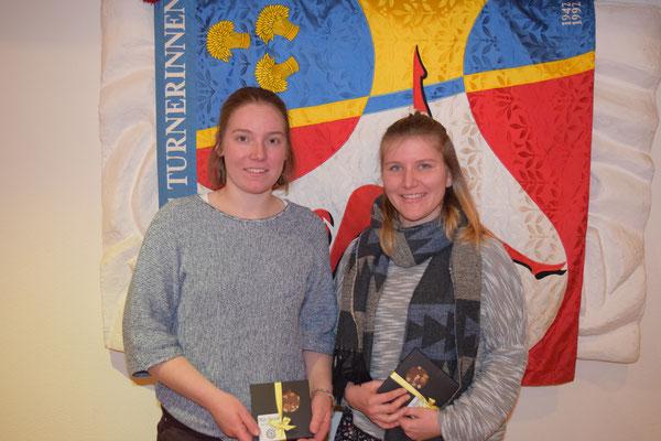 Barbara Michel und Barbara Wirz unterstützen als Leiterinnen das Netzballteam