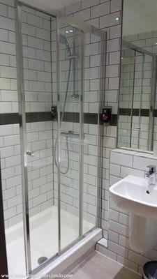 Geräumige Dusche... perfekt für den morgendlichen Start