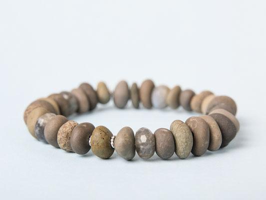 Steine aus dem Fluss Töss, ergänzt mit Labradorit: «Wasser und Erde»