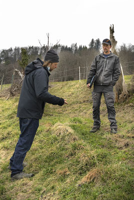 Februar 2021: Botaniker Wolfgang Bischoff (links) berät Projektleiter Thomas Wullschleger, welche botanischen und ökologischen Aufwertungsmassnahmen erfolgsversprechend und verhältnismässig sind. Foto F. Alsaker