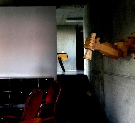 """""""Le bras du Cambrioleur"""" : fixation murale, permet d'éclairer une zone précise, idéal au dessus d'un bureau ou pour un coin lecture. La lampe torche est amovible pour une utilisation complète. (LED sur piles)"""