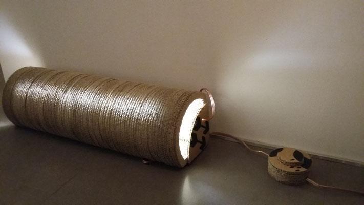 """""""Angle Rond"""": Luminaire d'ambiance et interrupteur à pied : taillés dans la masse de carton, à poser dans un angle. (Tube néon sur secteur 220V)"""