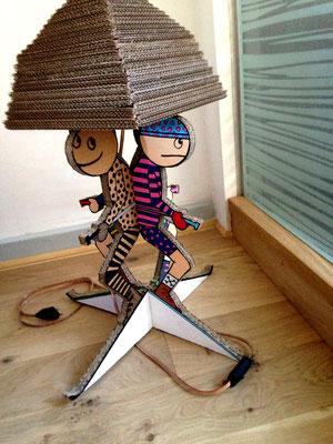 """""""Les Skieurs"""" : exemple de la série """"Lampe à Monter"""" soi-même. Abat-jour taillé dans la masse de carton. Ampoule LED raccordement secteur (220V)"""