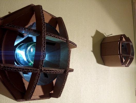 """""""Phare de Moto"""" : luminaire d'ambiance murale en carton, la cloche en verre de bouteille donne une teinte agréable. (LED sur piles)"""
