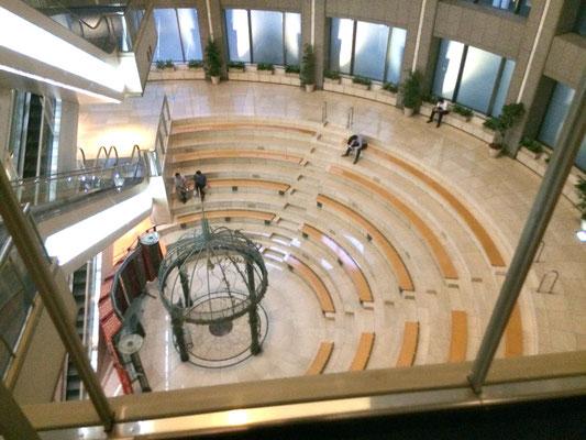 左手に見えるエスカレータを4階まで上がると懇親会場フロアです。見下ろすと紀尾井フォーラム前の階段席(アトリウムチャペル)が見えます。