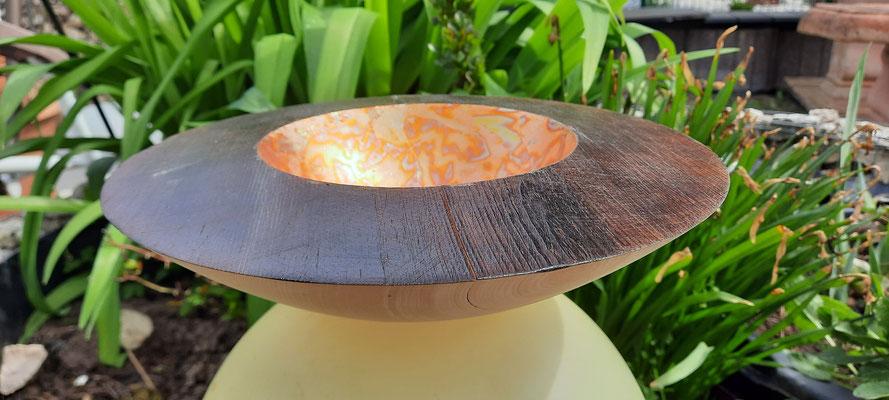 Schale 37: Zirpe, Ø: 260 mm, H: 75 mm, Rand gebrannt und coloriert, Innenseite gebranntes Blattgold