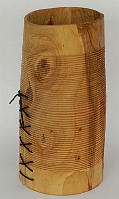 Becher 1: Zypresse,  Riss mit Lederriemen geschnürt  H: 300mm, Ø: 120-150mm, Wandstärke: 4mm