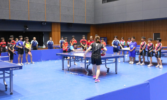元全日本ナショナルチーム女子監督の近藤欣司さんとサンリツの天野優選手よる講習会の様子