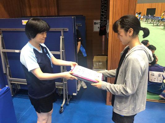 ジュニア女子・優勝:大門選手の表彰シーン
