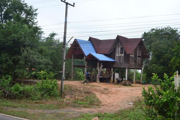 Typisches Haus auf Stelzen im Osten Thailands