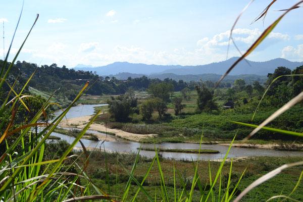 Das malerische Flusstal hinter der vietnamesisch-laotischen Grenze