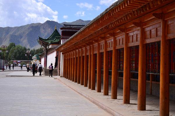 Labrang: entlang des Gebetsmühlen-Pilgerpfades rund um das Kloster