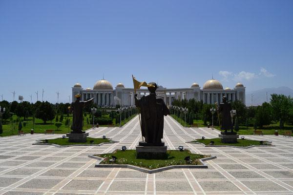 Zahlreiche überdimensionale Monumente säumen das Stadtbild