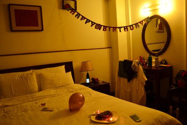 Das Hotelpersonal überrascht uns mit einem Geburtstagskuchen