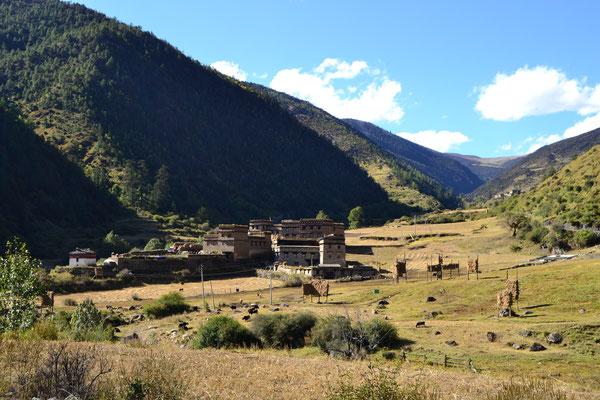 Die tibetische Architektur fügt sich wunderbar ins Landschaftsbild