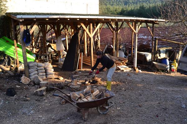 Beim Holzhacken