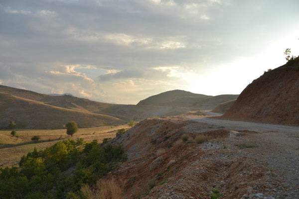 Stundenlang tragen uns Schotterpisten durch diese bezaubernde Landschaft